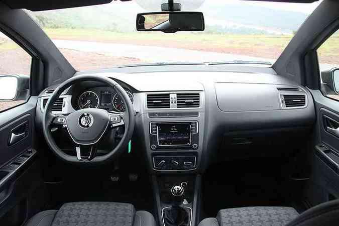 Interior tem materiais de boa qualidade e a nova central multimídia com tela de 6,3