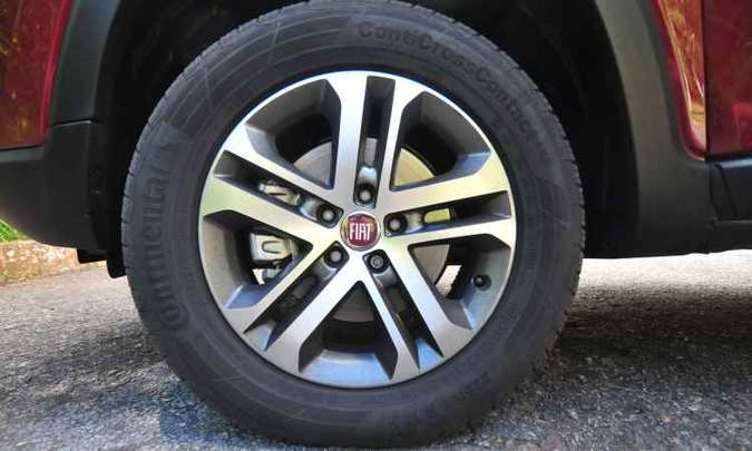 As rodas de liga leve são de aro de 17 polegadas com pneus 225/65(foto: Alexandre Guzanshe/EM/D.A Press)