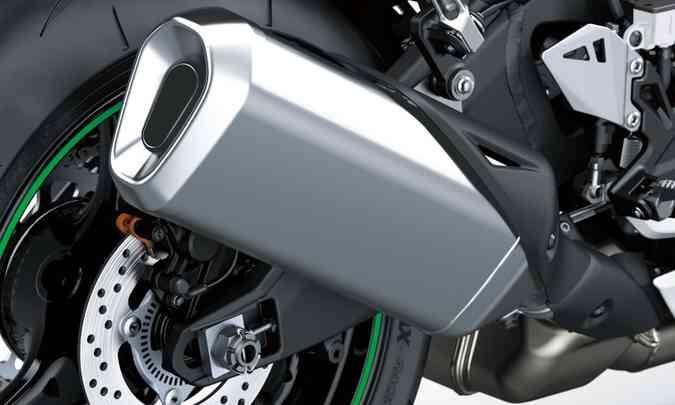 Escapamento com capa protetora enfatiza ainda mais o aspecto esportivo da moto(foto: Kawasaki/Divulgação)