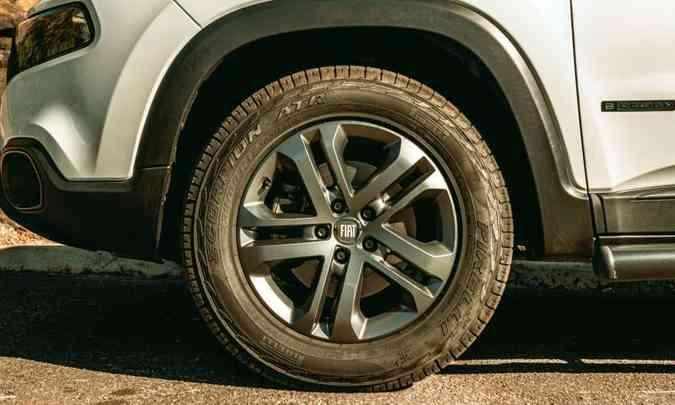 A versão Freedom traz de série rodas de liga leve de 17 polegadas e pneus ATR de uso misto(foto: Jorge Lopes/EM/D.A Press)