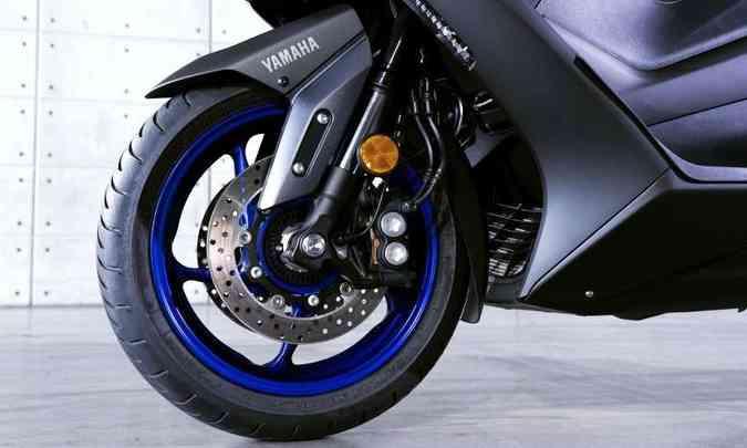 A suspensão dianteira tem garfo invertido, com tubos de 41mm de diâmetro(foto: Yamaha/Divulgação)