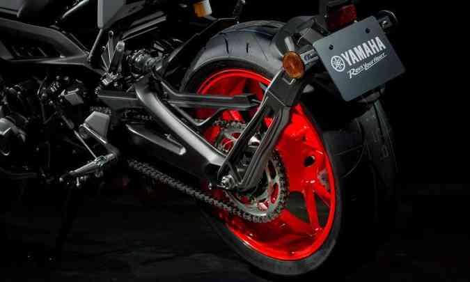 A balança da suspensão traseira também é em alumínio, e as rodas têm aro de 17 polegadas(foto: Gustavo Epifânio/Yamaha/Divulgação)