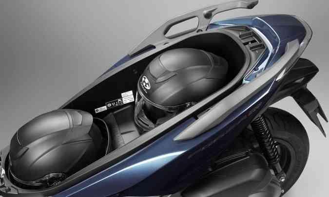 O porta-malas em baixo do banco comporta dois capacetes fechados(foto: Honda/Divulgação)