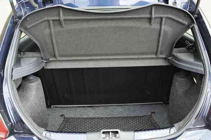 Rede evita o inconveniente de objetos soltos no porta-malas(foto: Gladyston Rodrigues/EM/D.A Press)