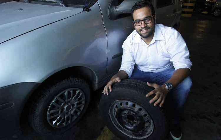 O analista de sistemas Rotsen Diego conta que já recorreu aos pneus usados, mas hoje só os utiliza no estepe - Ricardo Fernandes/DP