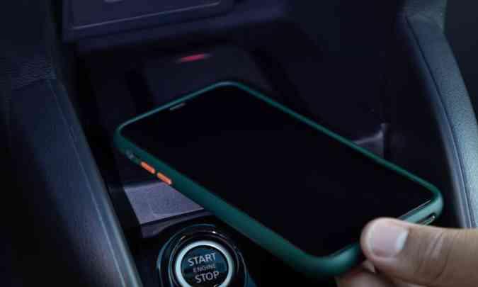 Além do botão Start/Stop para ligar e desligar o motor, o Kicks XPlay traz de série o sistema de carregamento do celular por indução(foto: Nissan/Divulgação)