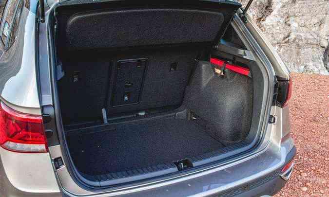 Com 498 litros de capacidade, o porta-malas do Taos é todo revestido com carpete e tem iluminação(foto: Jorge Lopes/EM/D.A Press)