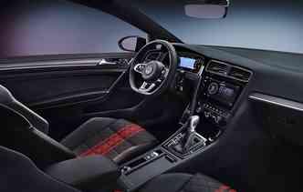 Espaço interno possui revestimento em couro na alavanca, no volante e nos bancos. Foto: Volkswagen / Divulgação