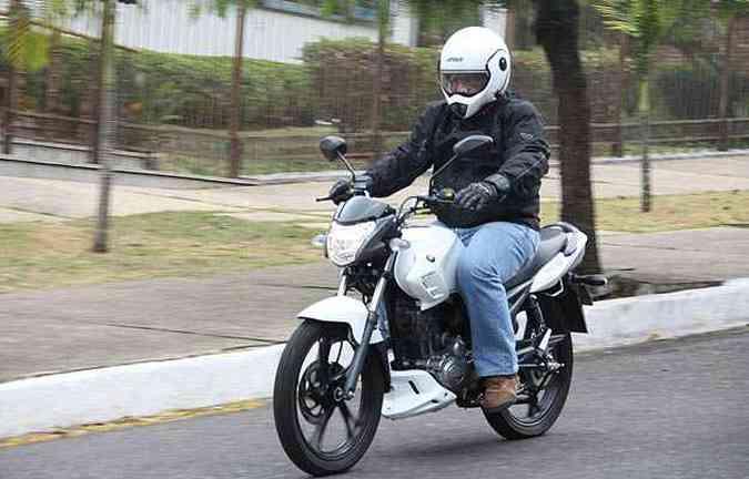 Equipada com rodas de liga leve, painel completo, freio a disco na roda dianteira e visual atualizado, motocicleta chega para brigar no segmento nacional mais concorrido (foto: Marlos Ney Vidal/EM)