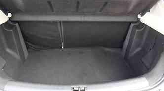 Porta-malas tem capacidade compatível com a de um compacto