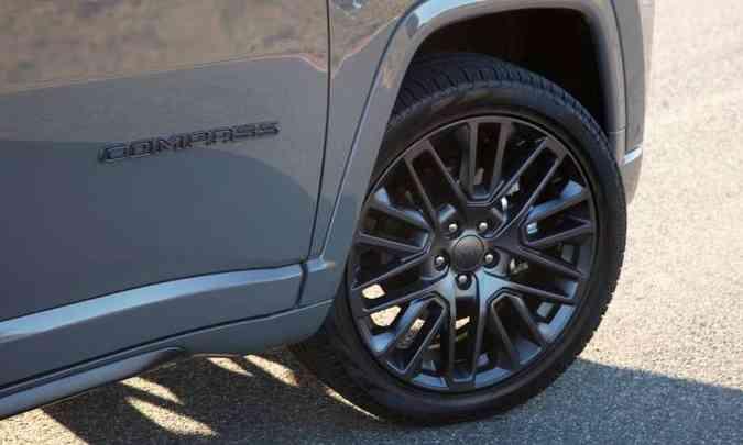 Na Série S as rodas de liga leve de 19 polegadas têm desenho exclusivo e são pintadas em grafite(foto: Jeep/Divulgação)