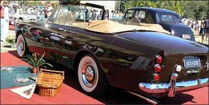 Rolls-Royce conversível, de 1966, com cesta de piquenique