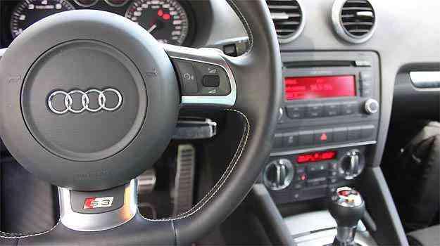 Interior requintado inclui volante esportivo de base achatada -