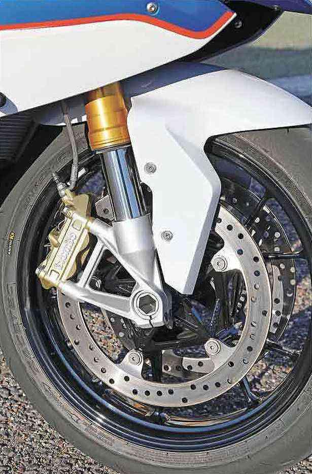 Freios com ABS são usados em curvas sem alterar a trajetória - BMW/Divulgação