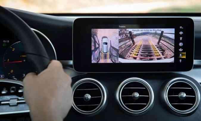 Central multimídia tem tela tátil de 10,2 polegadas e atua com tecnologia MBUX(foto: Estúdio Malagrine/Mercedes-Benz/Divulgação)