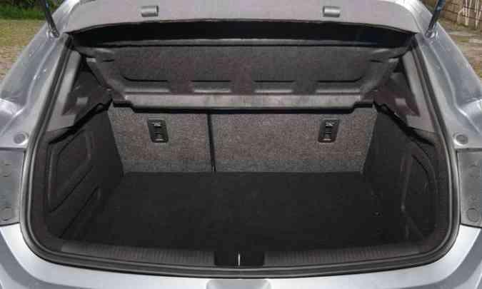 Com 290 litros de capacidade, porta-malas não é dos mais espaçosos(foto: Leandro Couri/EM/D.A Press)