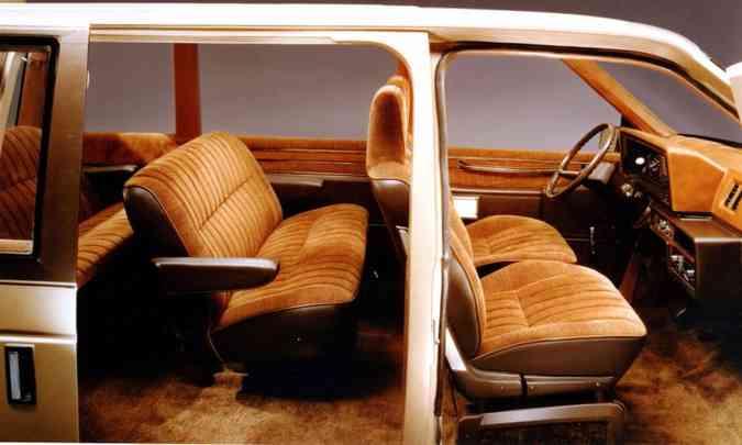 Três fileiras de bancos, portas deslizantes e interior espaçoso eram características fortes do veículo(foto: Daimler Chrysler/Divulgação)