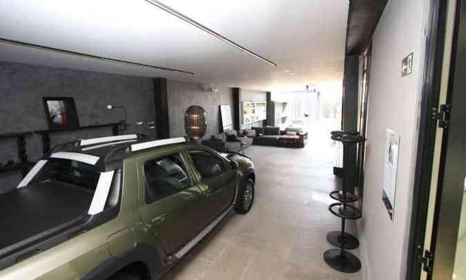 Ao adentrar a garagem, o primeiro espaço é destinado ao carro. Ali é possível estacionar dois veículos(foto: Edésio Ferreira/EM/D.A. Press)