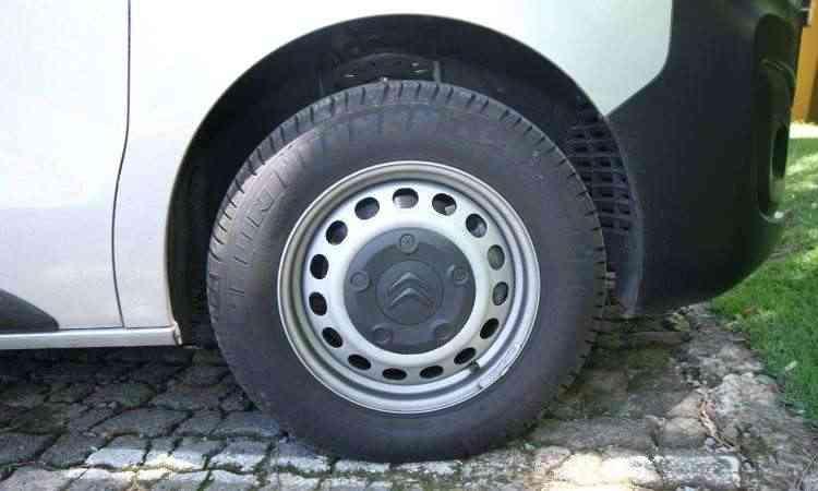 Rodas em aço calçam pneus com perfil alto, que ampliam o conforto a bordo - Edésio Ferreira/EM/D.A Press