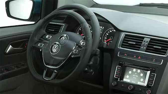 Coluna de direção tem regulagem de altura e profundidade; volante é igual ao do Golf