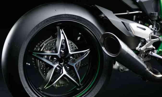Os pneus são lisos, de competição, para maior aderência nas curvas(foto: Kawasaki/Divulgação)
