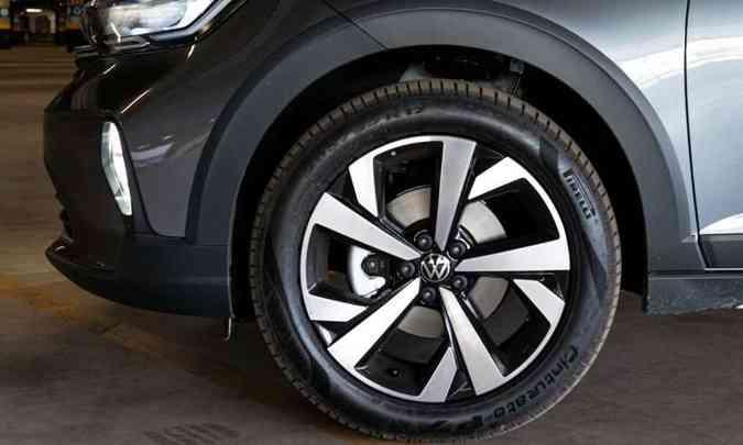 As rodas de liga leve são de 17 polegadas, calçadas com pneus na medida 205/55(foto: Jorge Lopes/EM/D.A Press)