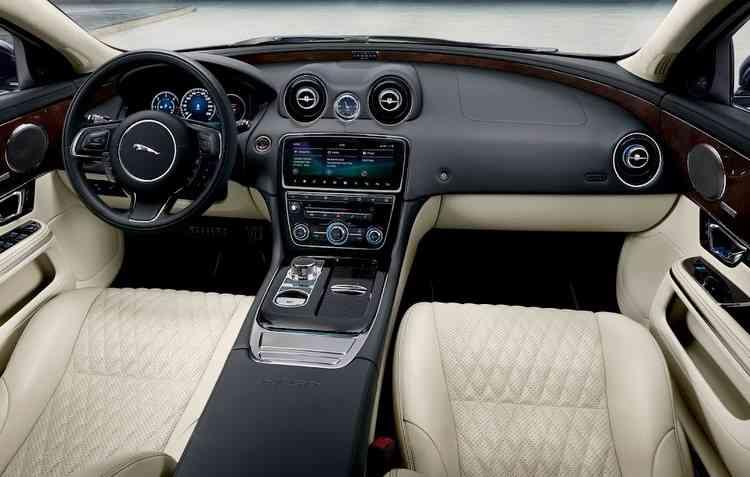 Detalhes exclusivos podem ser encontrados no entalhe e nas soleiras com o emblema iluminado com o nome do modelo. Foto: Jaguar Land Rover / Divulgação -