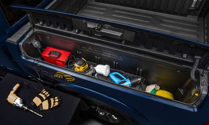 Compartimentos de carga laterais têm 102 litros, incluindo uma tomada 110 volts no da esquerda, permitindo ligar uma ferramenta(foto: Ram/Divulgação)