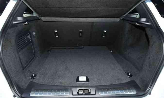 Com volume de 575 litros, porta-malas tem espaço para a bagagem de toda a família(foto: Ramon Lisboa/EM/D.A Press)
