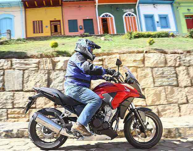 Com suspensão dianteira maior, ela encara um fora de estrada leve - Caio Mattos/Honda/Divulgação