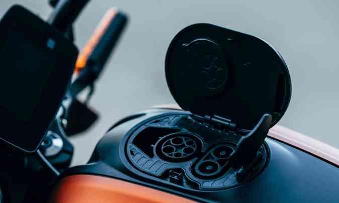 O visual futurista conta com falso tanque de combustível que na verdade guarda a tomada de recarga das baterias(foto: Harley-Davidson/Divulgação)