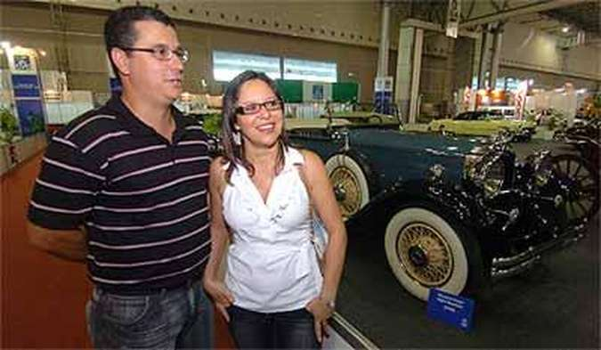 O casal Marcos Paulo e Laura Maria no corredor dos veículos antigos(foto: Beto Magalhaes/EM/D.A Press)