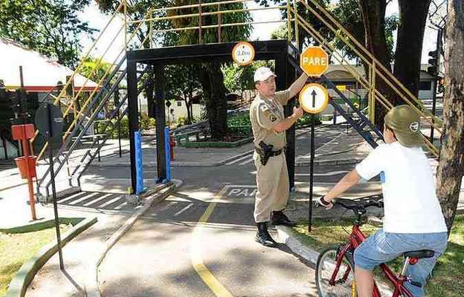 Na Transitolândia o policial orienta as crianças como proceder nas vias(foto: Jair Amaral/EM/D.A.Press)