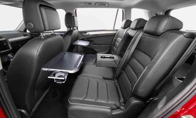 A partir da versão Comfort, passageiros da segunda fileira de banco contam com mesinhas - Volkswagen/Divulgação