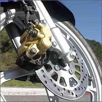 As rodas maiores, com aros de 16 polegadas, não tiram a agilidade nas curvas