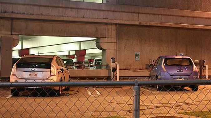 Toyota Prius e Nissan Leaf são recarregados próximo do Salão(foto: Marcello Oliveira/EM/D.A Press)