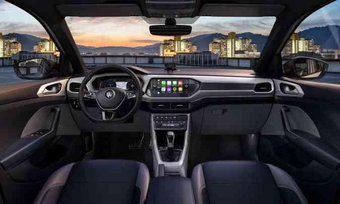 O painel tem desenho moderno, horizontalizado, com sistema multimídia que lembra um tablet(foto: Volkswagen/Divulgação)