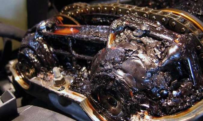 A falta de cuidados com a troca do lubrificante pode gerar borra no motor, que pode até travar(foto: Photobucket.com)