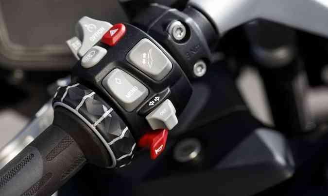 O piloto tem todos os comandos nos punhos da moto(foto: BMW/Divulgação)