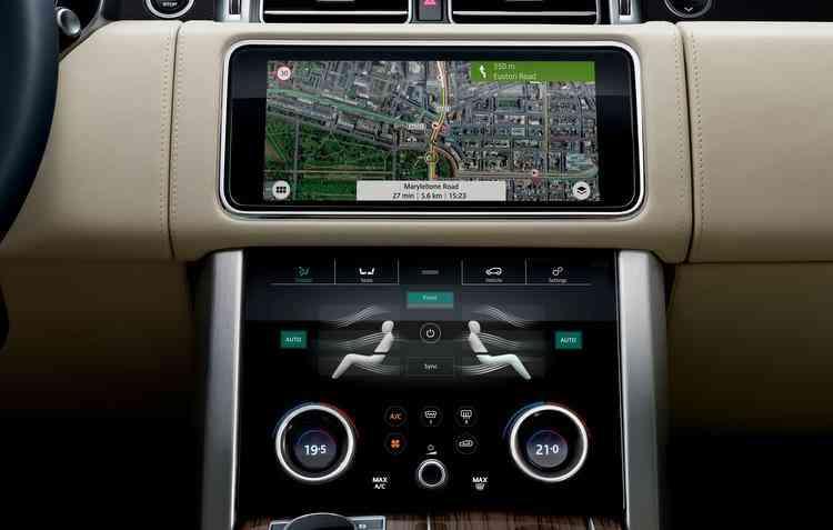 Versão 2018 do SUV recebeu o sistema de entretenimento Touch Pro Duo. Foto: Jaguar Land Rover / Divulgação -