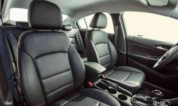 O sedã Cruze LTZ tem o interior com acabamento premium escurecido(foto: Chevrolet/Divulgação)