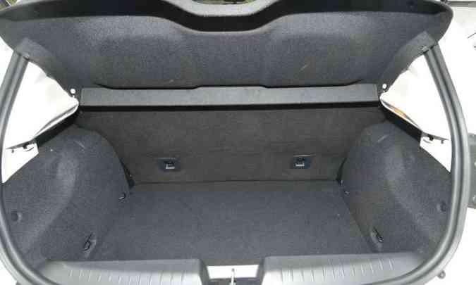 O porta-malas do hatch tem 300 litros de capacidade, um dos maiores do segmento(foto: Jair Amaral/EM/D.A Press)