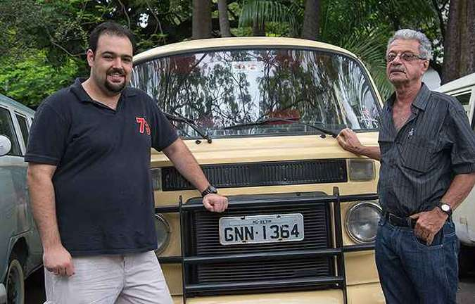 Kombi Pick-up Cabine Dupla 1982 - Os advogados Carlos Barone (E) e Domingos Cortezzi colecionam veículos antigos e integraram o modelo (originalmente a diesel) ao conjuntoO (foto: Thiago Ventura/EM/D.A Press)