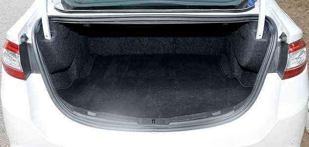 Porta-malas tem capacidade digna de um sedã grande, bom acesso e é bem forrado -  Ramon Lisboa/EM/D.A Press