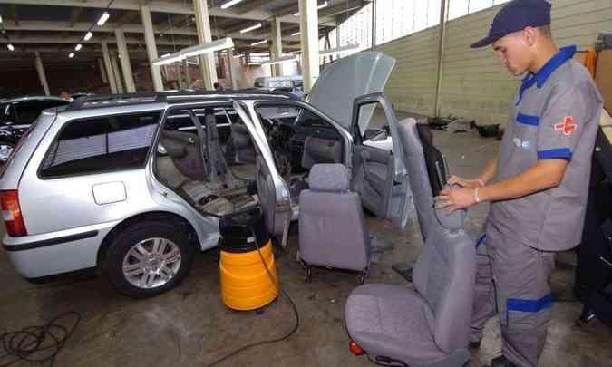 A limpeza do interior é fundamental para retirar manchas nos bancos, teto e painel(foto: Maria Tereza Correia/EM/D.A Press)