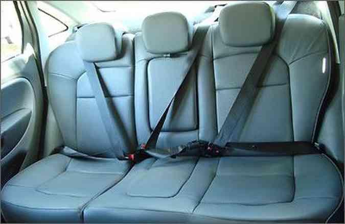 Os passageiros traseiros não contam com tanto espaço para cabeça e ombros, mas estão seguros com cintos de três pontos e apoios de cabeça