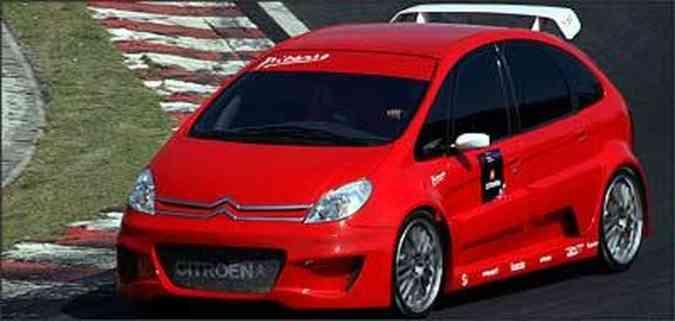 O kit aerodinâmico inclui novo pára-choque dianteiro, com tomada de ar maior; portas com ressaltos; novas soleiras; e retrovisores menores. Vidros escurecidos por película completam o visual esportivo(foto: Fotos: Citroën/Divulgação)