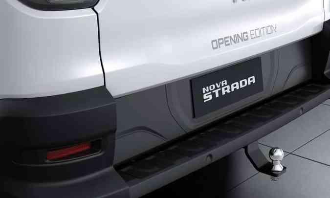 Na traseira, a identificação da série limitada na tampa da caçamba e o engate do reboque, de série(foto: Fiat/Divulgação)