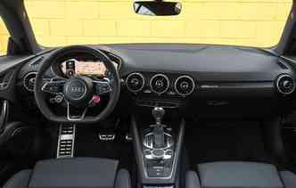 Volante multifuncional esportivo e sensor de estacionamento dianteiro e traseiro estão disponíveis no TT RS(foto: Audi / Divulgação)