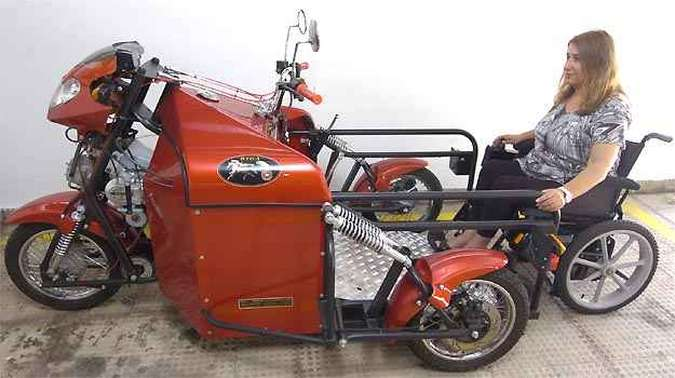 Rampa reclina para acesso da cadeira de rodas e, em seguida, é travada para evitar acidentes, mas não há fechamento na traseira